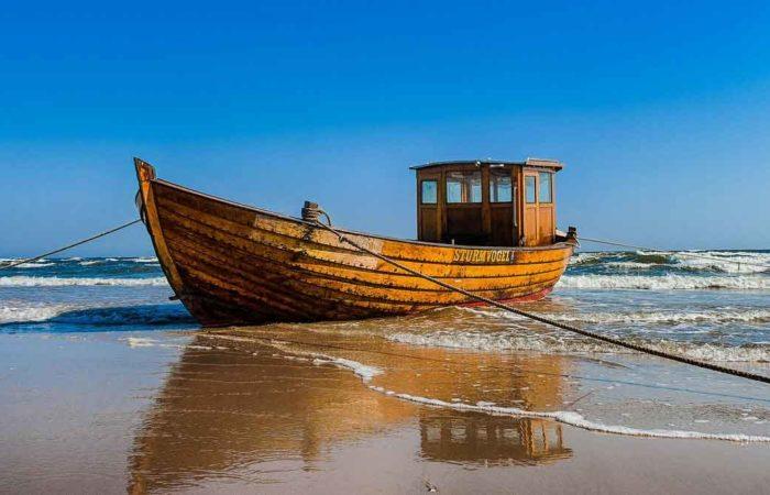 Ein Fischerboot am Strand